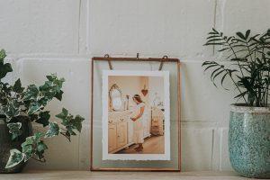 Fine Art Fotoprint met deckled edges in Koperen fotolijst met ketting