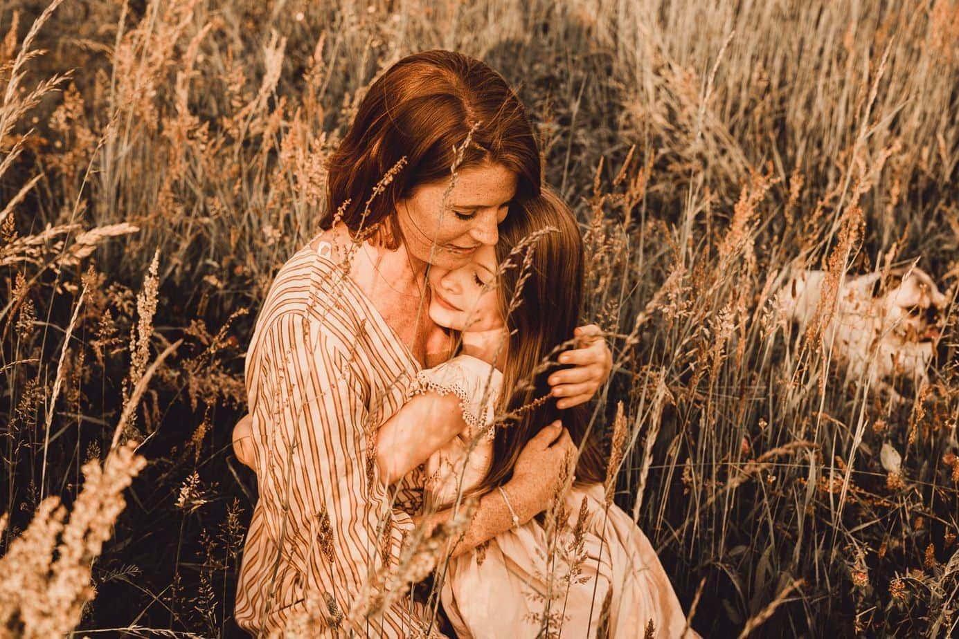 Fotograaf Sophie van Beautiful Moments uit Antwerpen fotografeerde dit tedere moeder-dochtermoment