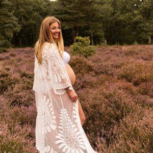 Een zwangere vrouw die een fotoshoot laat doen in de Kesselse Heide