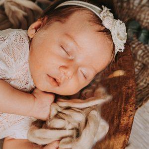 een slapende baby tijdens een newbornfotoshoot in Antwerpen