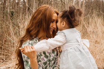 Fotograaf Sophie van Beautiful Moments uit Antwerpen fotografeerde dit tedere moeder-dochtermoment in vrieselhof Oelegem